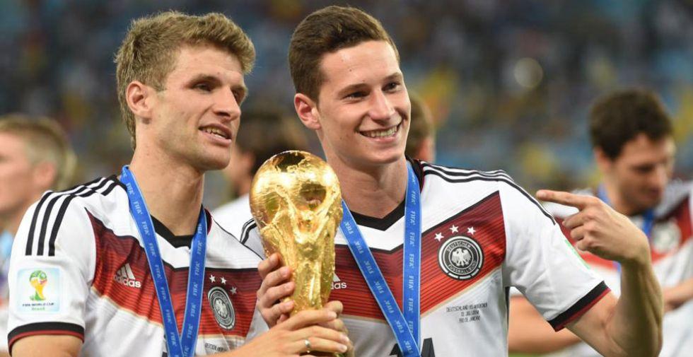 Müller y Draxler posan con la Copa del Mundo.