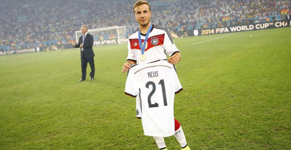 Götze muestra una camiseta del lesionado Reus durante la celebración.