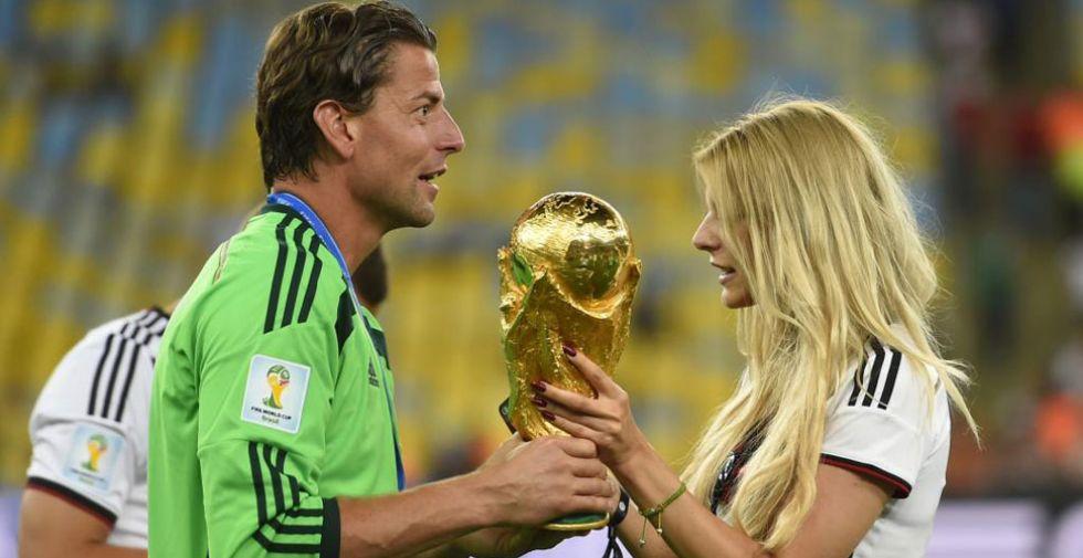 Weidenfeller enseña la copa a su novia.