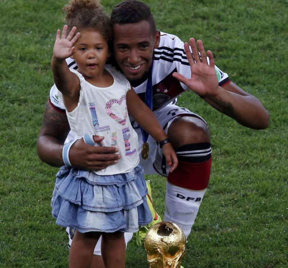 Boateng saluda junto a su hija.