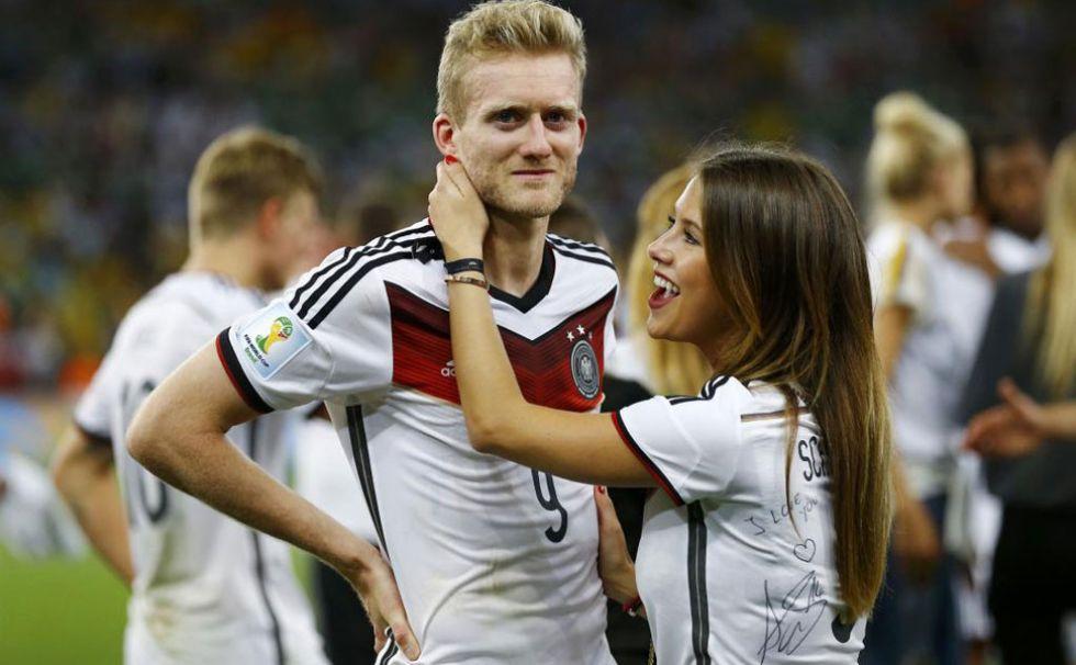 Sch�rrle, emocionado, recibe la felicitaci�n de su novia.