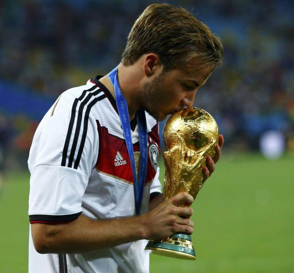 Götze besa la Copa del Mundo.