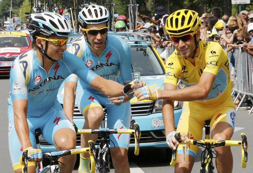 Nibali también quiso hacer la habitual sesión de fotos brindando con sus compañeros de equipo durante la última etapa.