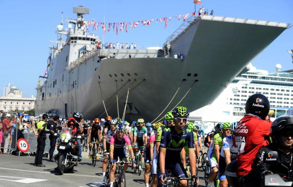 Los corredores comenzaron el d�a en el portaaviones y rodeados de una gran multitud que se acerc� a anirmales.