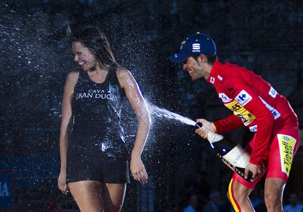 Contador celebr� as� su triunfo empapando a una de las azafatas del podio de Santiago.