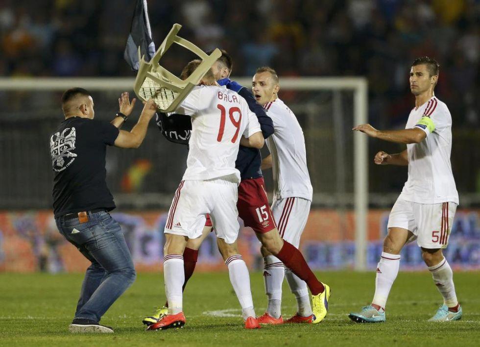 El partido entre Serbia y Albania, de clasificación para la Eurocopa 2016, fue suspendido debido a un amago de enfrentamiento entre los jugadores, al lanzamientos de petardos y bengalas desde la grada y a un intento de invasión del campo.