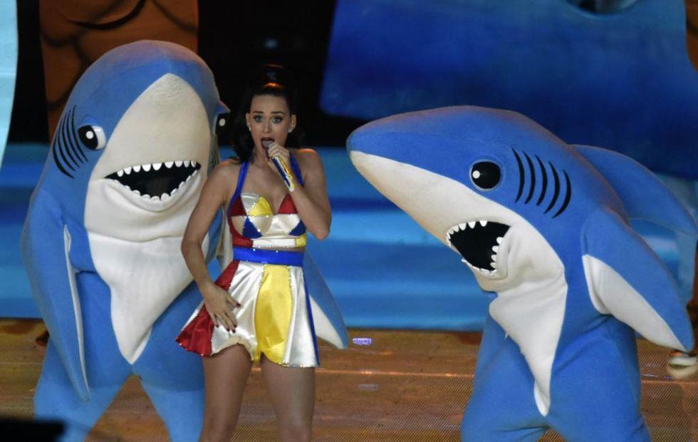La cantante Katy Perry tomó el protagonismo en el descanso de la Super Bowl con la ayuda de Lenny Kravitz y de Missy Elliot en un espectáculo musical y visual de 12 minutos.