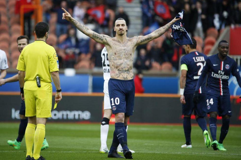 Zlatan Ibrahimovic marc� en el minuto 2 ante el Caen y sorprendi� al ense�ar al mundo todos los tatuajes que tiene dibujados en su cuerpo.