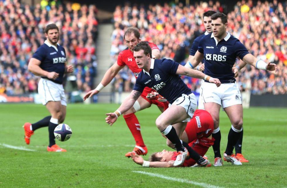 El zaguero escocés persigue el oval en el choque ante Gales