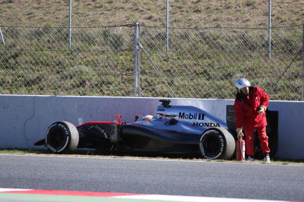El McLaren se para y llega la primera asistencia.