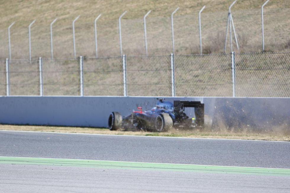 El McLaren se va a la derecha y empieza a rozar el muro.