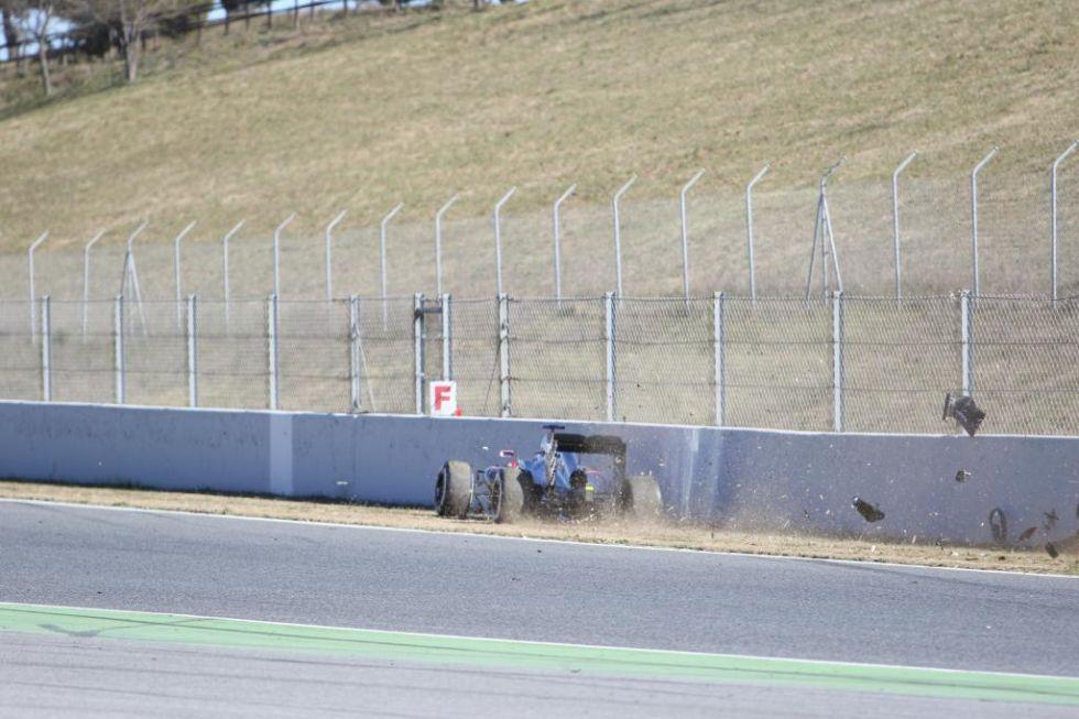 El McLaren no se separa del muro y sigue rozándolo.
