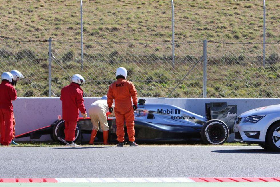 El miembro del coche de seguridad se persona y habla con Alonso.