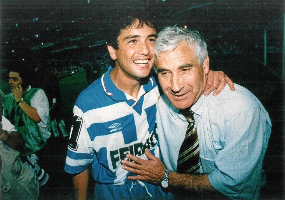 Bebeto, abrazado al técnico Arsenio Iglesias en la celebración de un título de Liga del Deportivo.