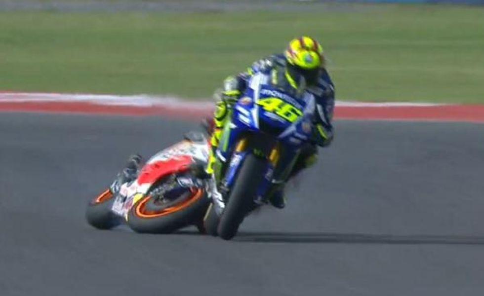 Momento en el que M�rquez se va al suelo con Rossi delante.
