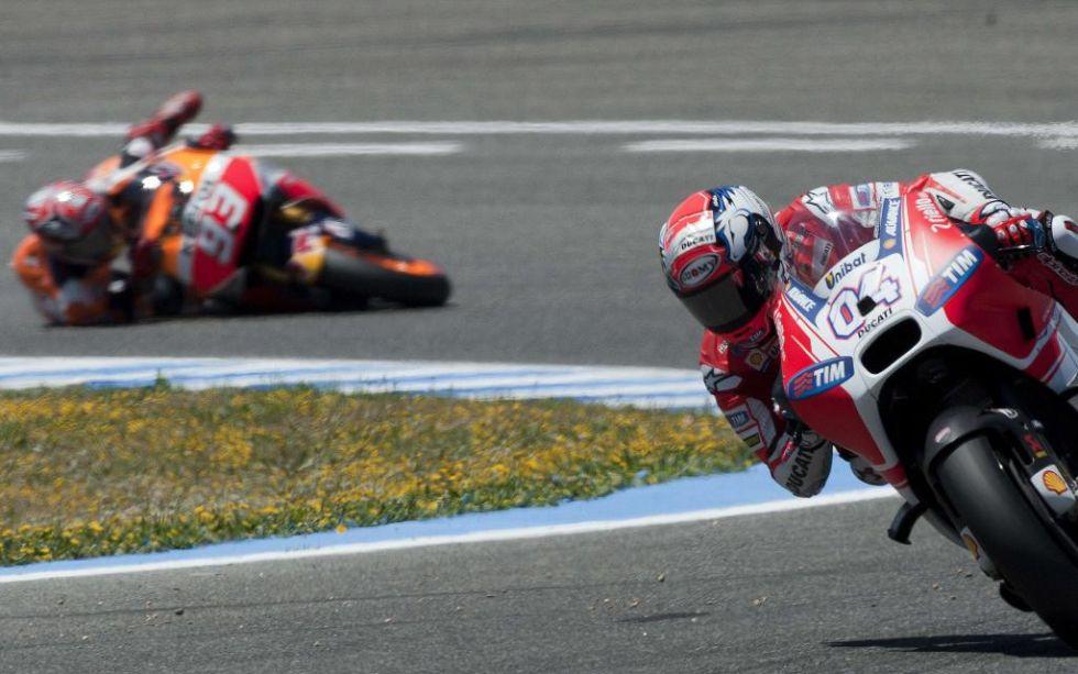 Márquez pierde el control de su Honda, con Dovizioso por delante