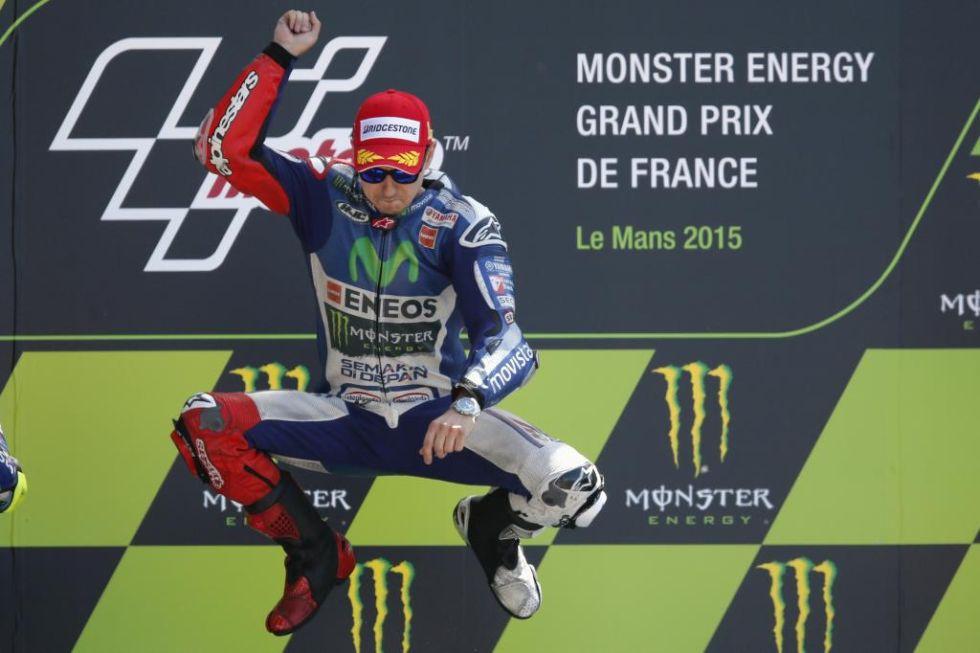 Lorenzo salta en el podio.