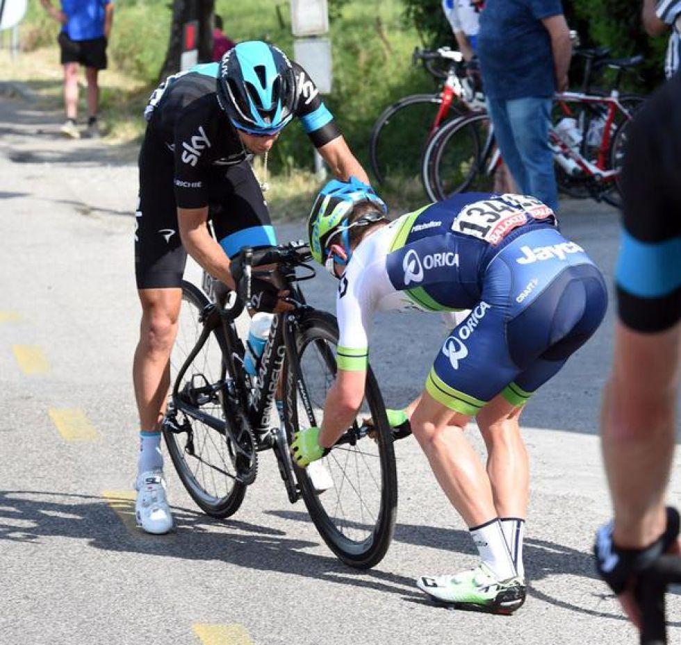 Simon Clarke, del Orica, dio su rueda a Richie Porte, del Sky, lo que luego a ambos les cost� dos minutos de sanci�n y colocando al segundo a 3:09 de Contador en la general.