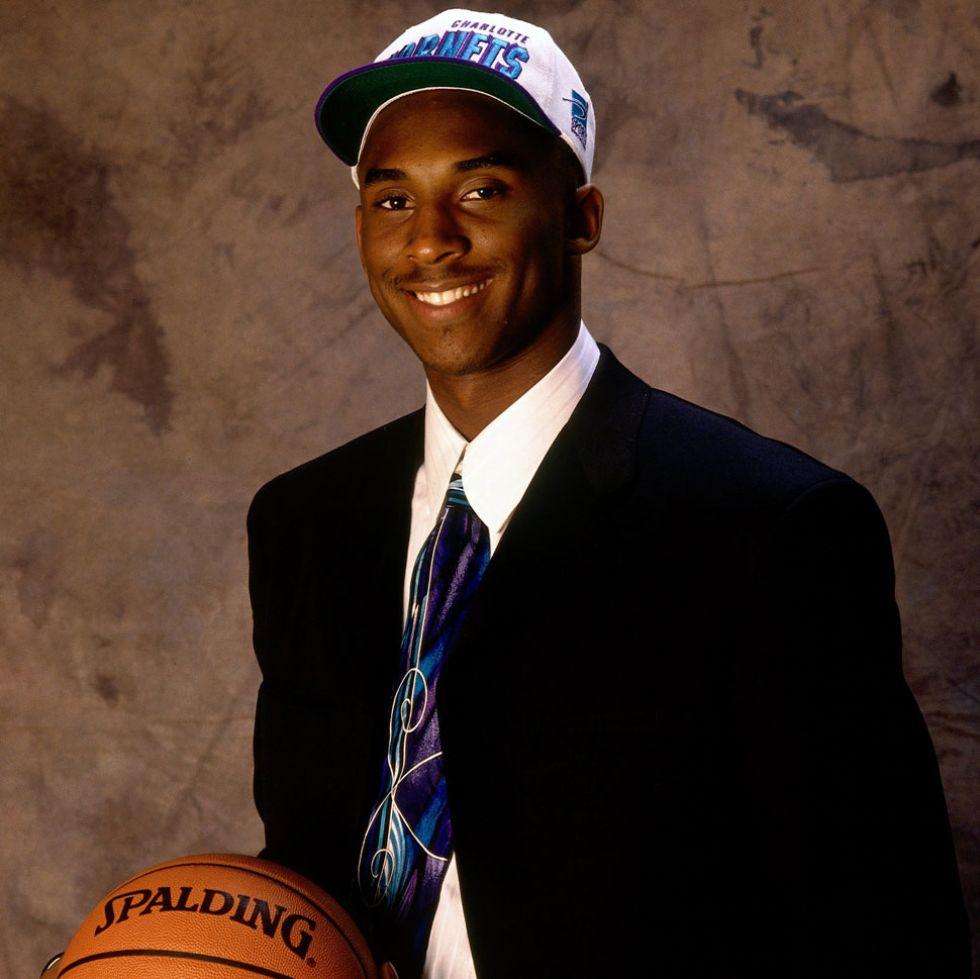 Kobe Bryant, con la gorra de los Hornets, el equipo que le seleccion� en el draft.
