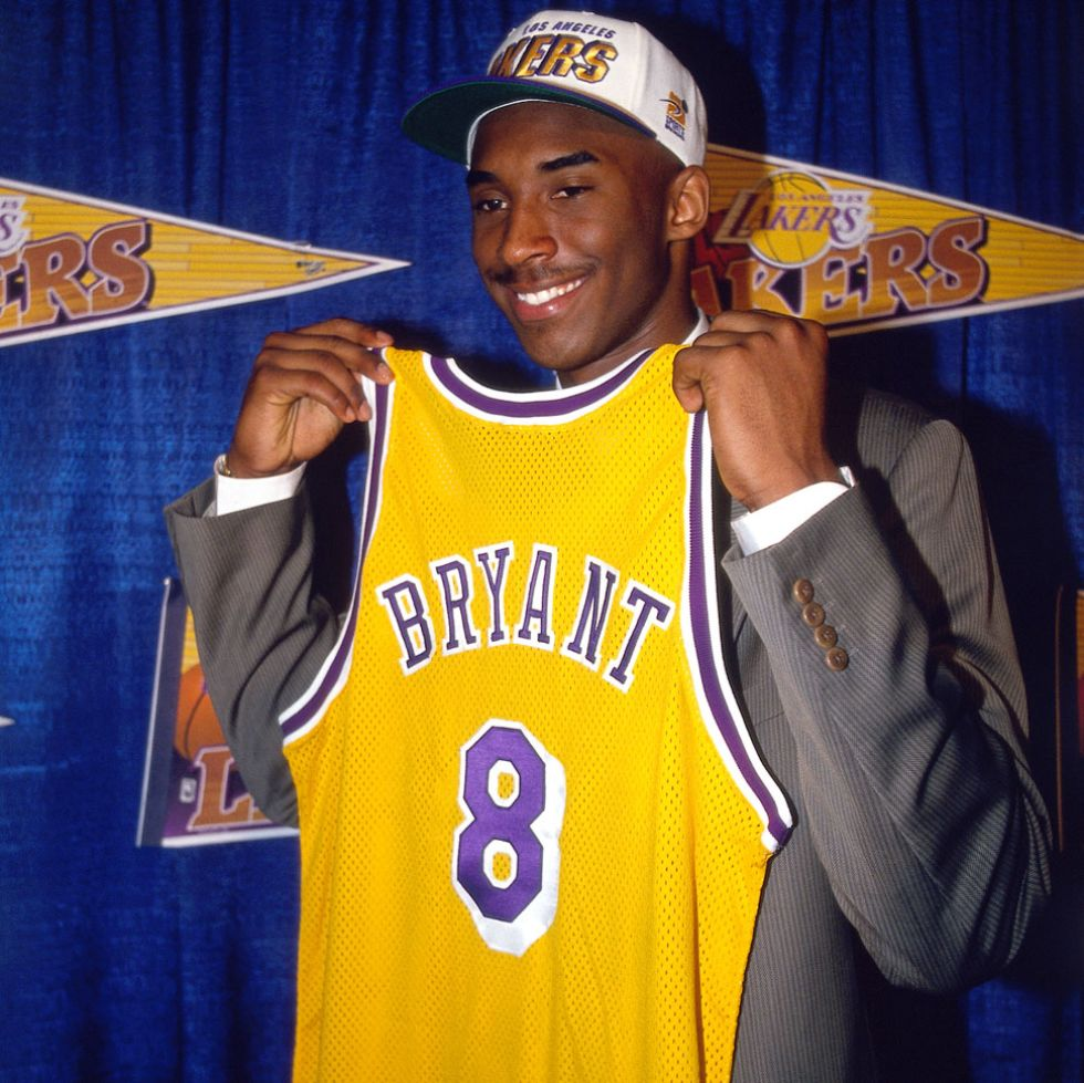 Kobe Bryant posa con la camiseta de los Lakers el día de su fichaje.