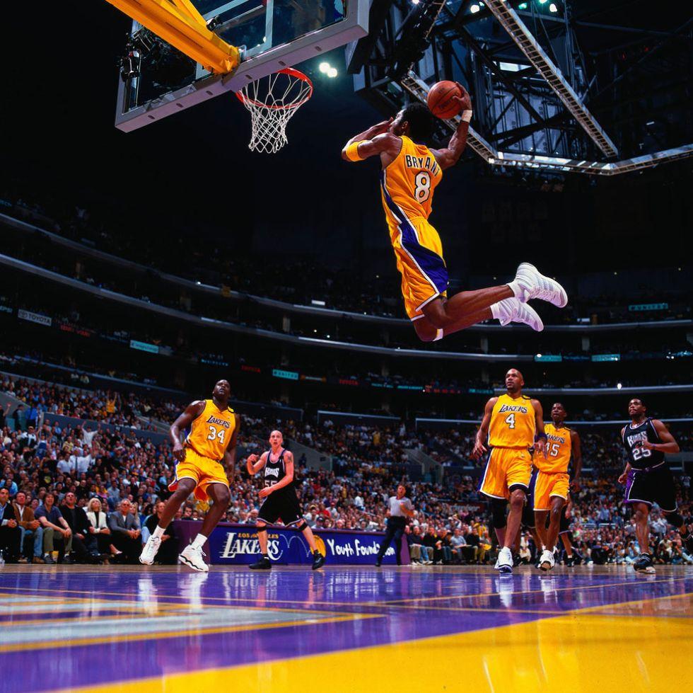 Kobe Bryant, en pleno vuelo antes de hacer un mate