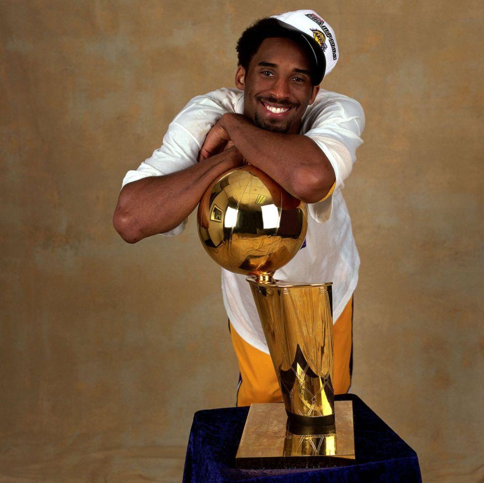 Kobe Bryant posa con el trofeo que le acredita como campe�n de la NBA.