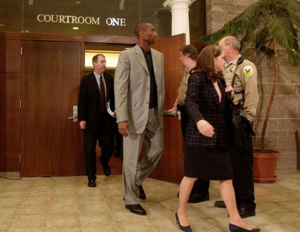 Kobe Bryant sale de un juzgado de Colorado.