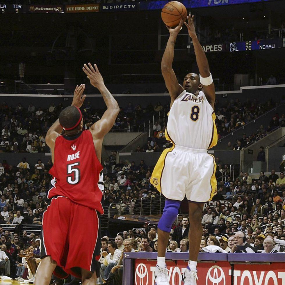 Kobe anota ante Jalen Rose, de los Toronto Raptors.