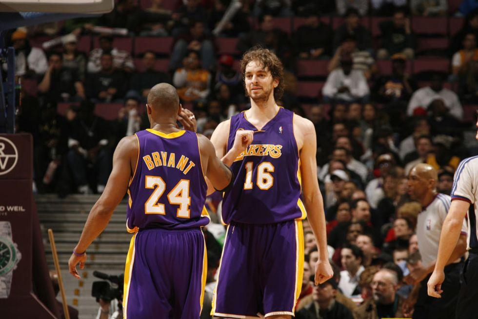 Kobe Bryant y Pau Gasol en el primer partido del español con los Lakers.