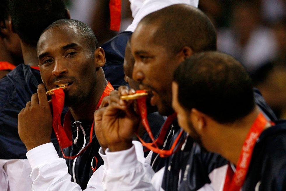 Kobe muerde la medalla de oro conquistada en los Juegos de Pekín.