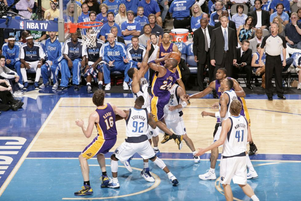 Kobe intenta anotar ante los Mavericks en los 'playoffs' de 2011.
