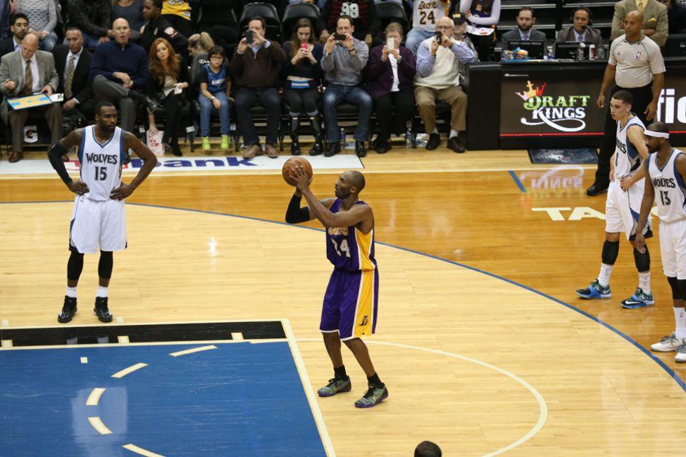 Kobe lanza el tiro libre con el que superaría a Michael Jordan en la lista de anotadores históricos.