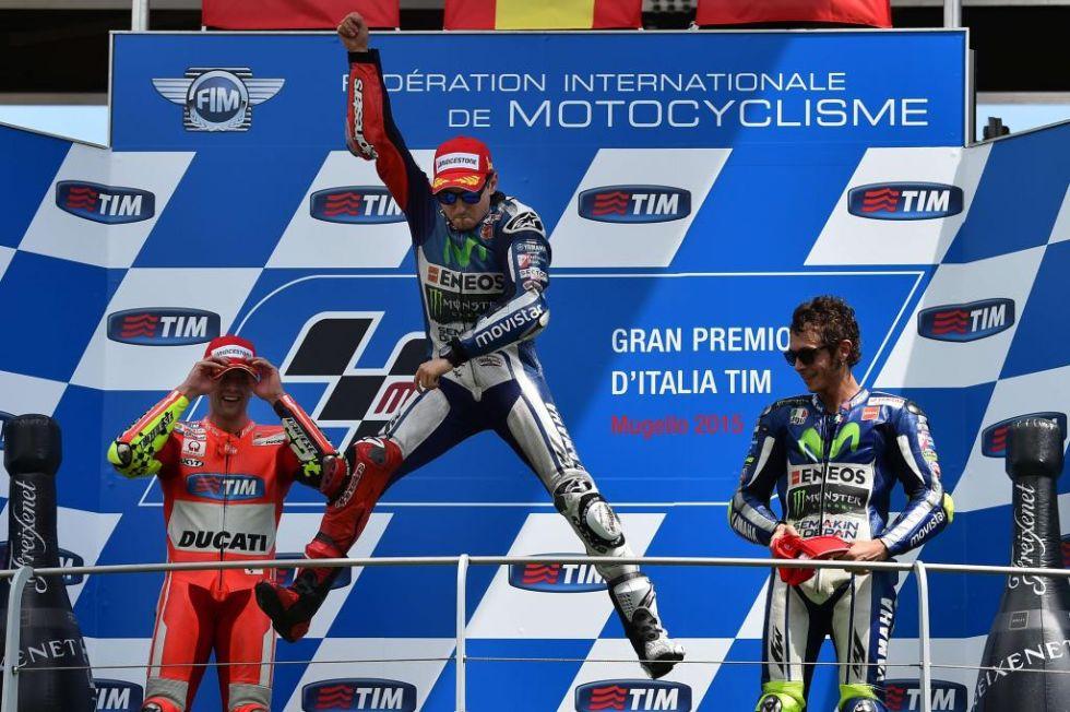 Lorenzo celebra su victoria en el podio de MotoGP.
