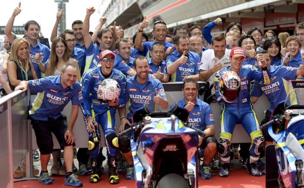 El equipo Suzuki celebra el magn�fico resultado de sus pilotos en la sesi�n de calificaci�n.