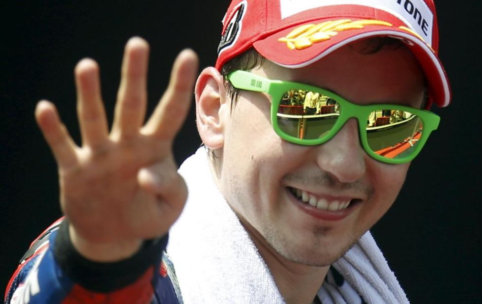 Lorenzo levanta cuatro dedos tras conseguir su cuarta victoria consecutiva de la temporada.