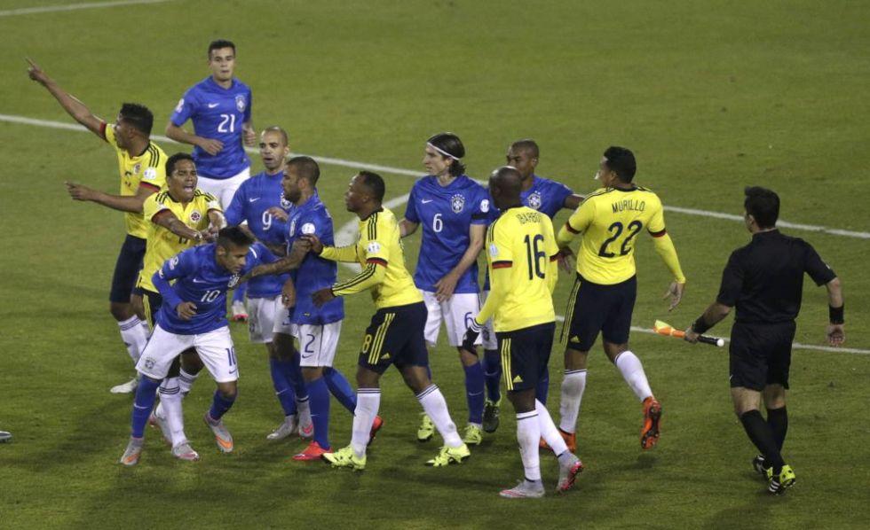 Tángana al final del partido en la que Bacca empuja a Neymar