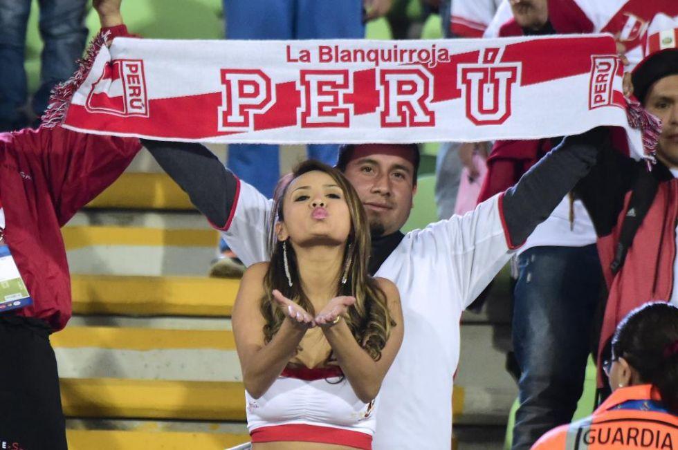 Esta aficionada peruana reparte besos desde la grada.