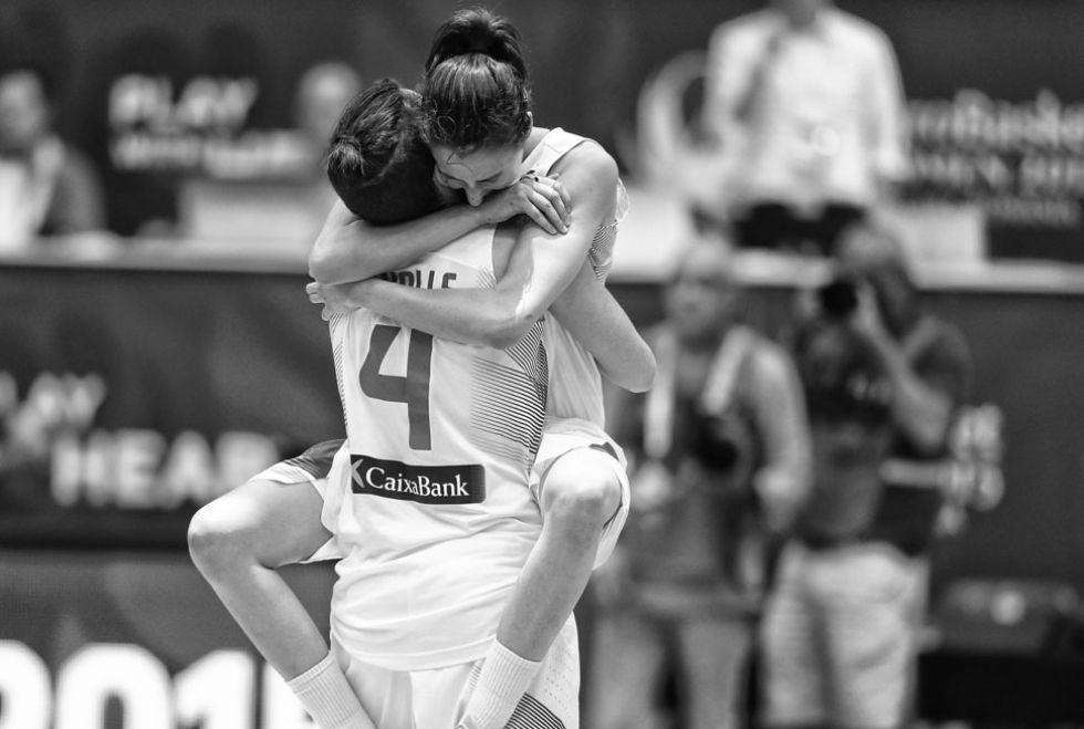 Laura Nicholls abraza a Alba Torrens.