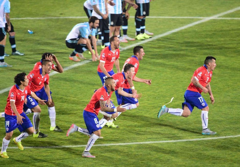 Los jugadores chilenos corren tras marcar Alexis con los jugadores argentinos al fondo.