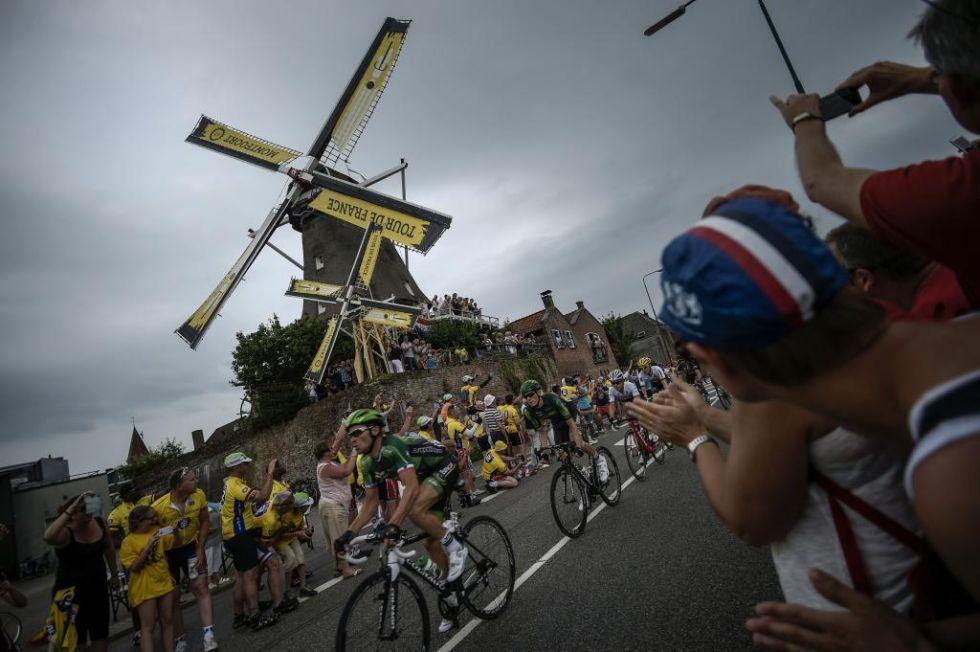 El pelot�n conducido por los Europcar, con los t�picos molinos de viento de Flandes al fondo