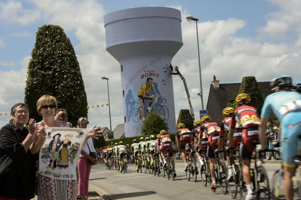La carrera pasaba hoy por Saint Méen le Grand, localidad de nacimiento del primer ciclista en la historia en ganar tres Tours de forma consecutiva
