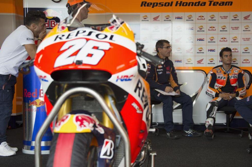 Pedrosa, con su equipo preparando la calificación.