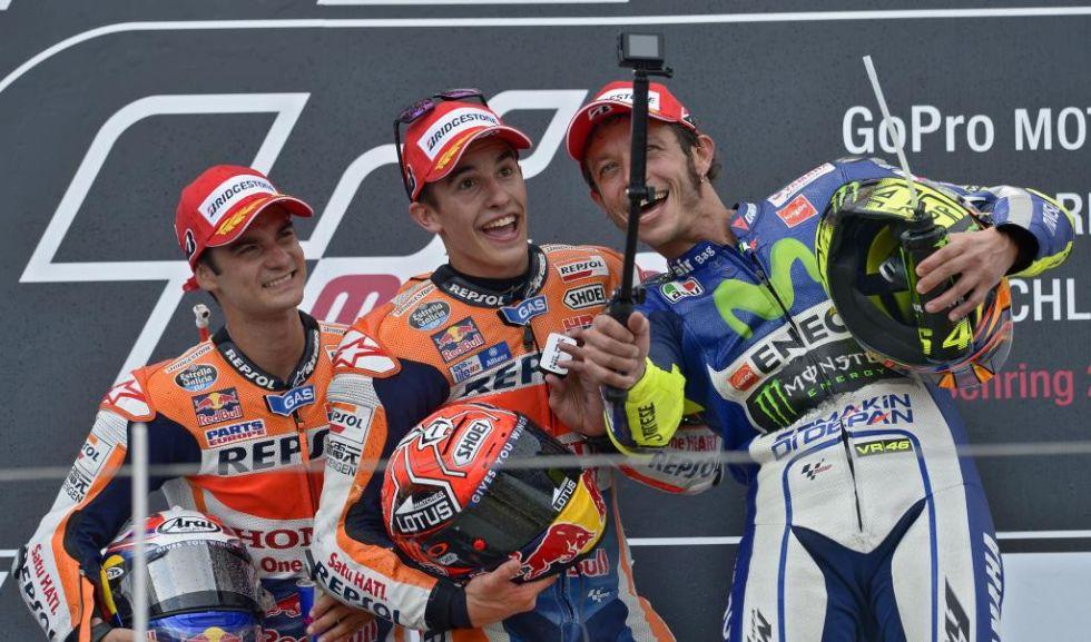 Pedrosa, Márquez y Rossi se hacen un selfie con una GoPro en el podio.