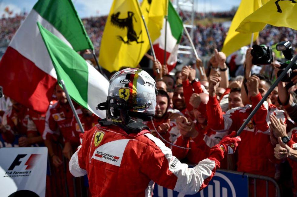 Vettel celebra con los suyos la victoria en Hungría.