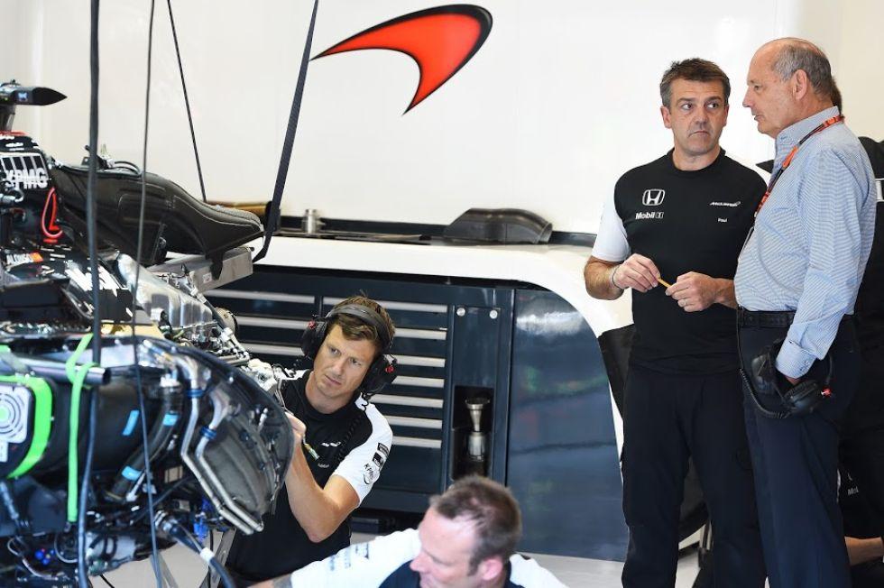 Ron Dennis no pierde detalle de las evoluciones del McLaren