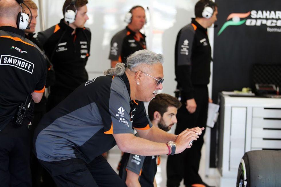Viajy Mallya, dueño de Force India, hace una foto a uno de sus monoplazas.