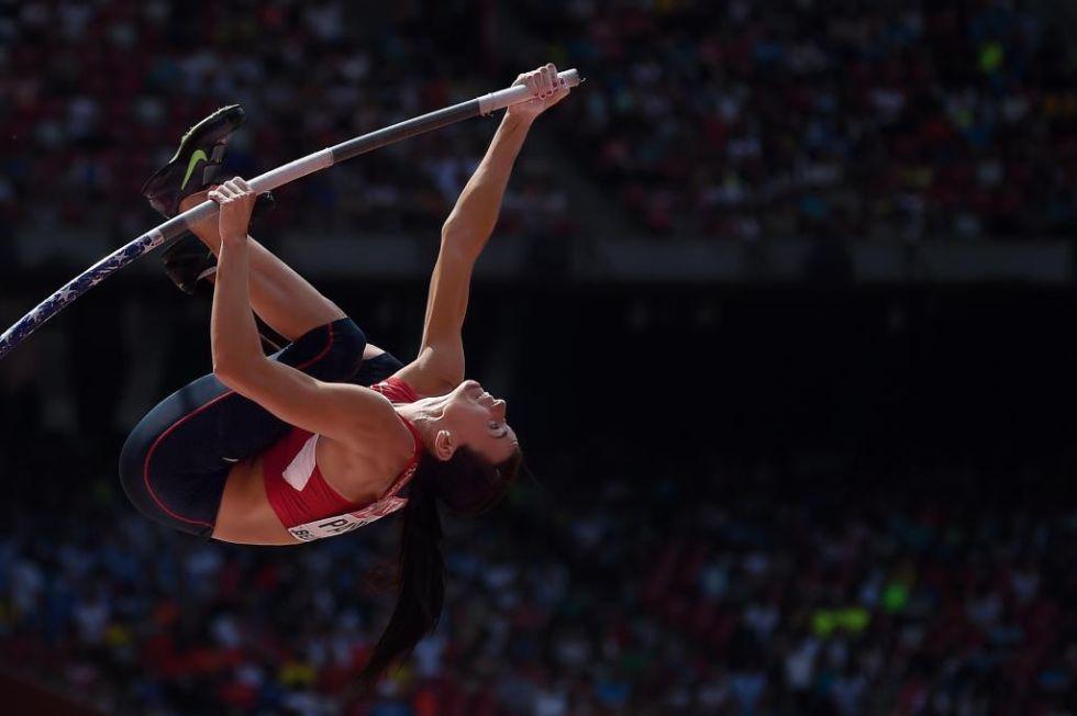 La estadounidense, suspendida en el aire en la prueba de salto con p�rtiga