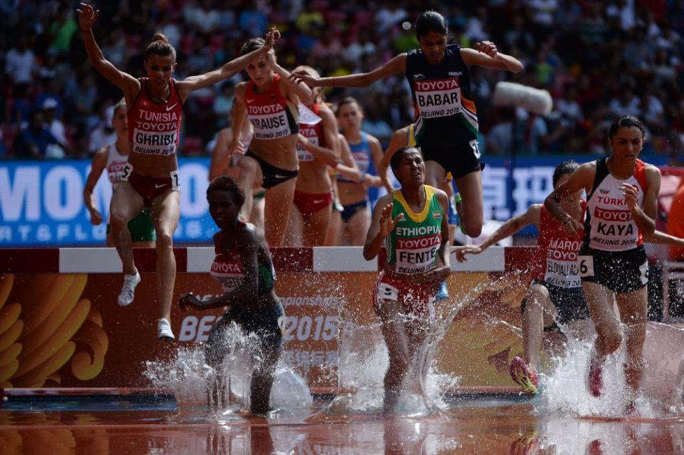 Las atletas saltan al agua en la prueba de 3000 metros obst�culos