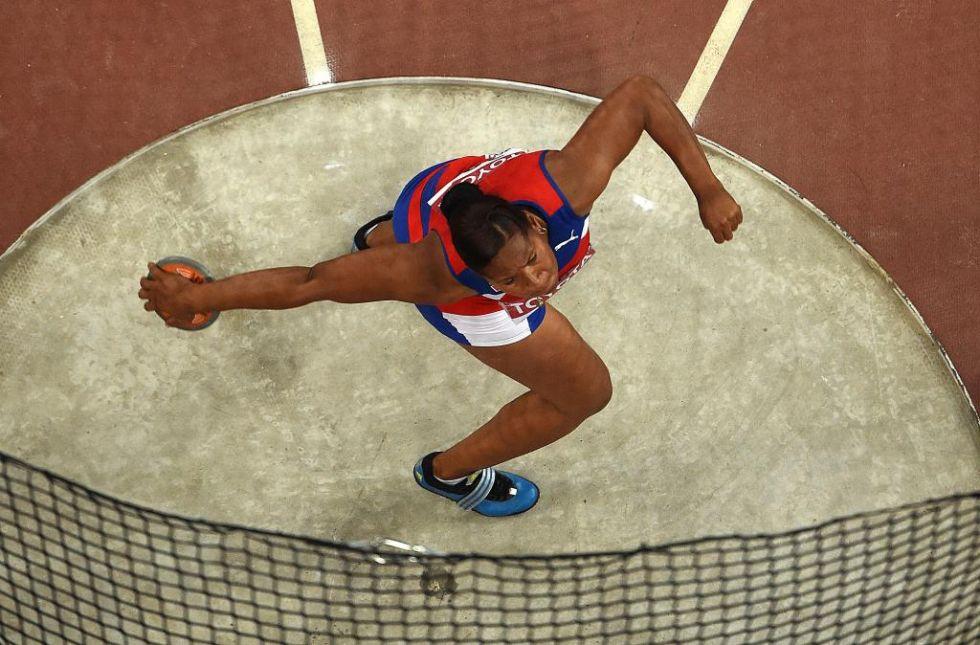 La cubana logr� el primer oro de una atleta americana en esta disciplina dominando la prueba desde el inicio.