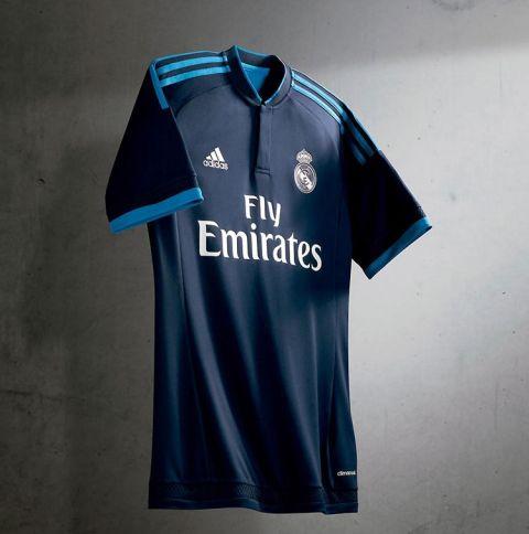 e49c291318e94 La camiseta recupera el azul oscuro que representa las noches mágicas en el  Bernabéu.